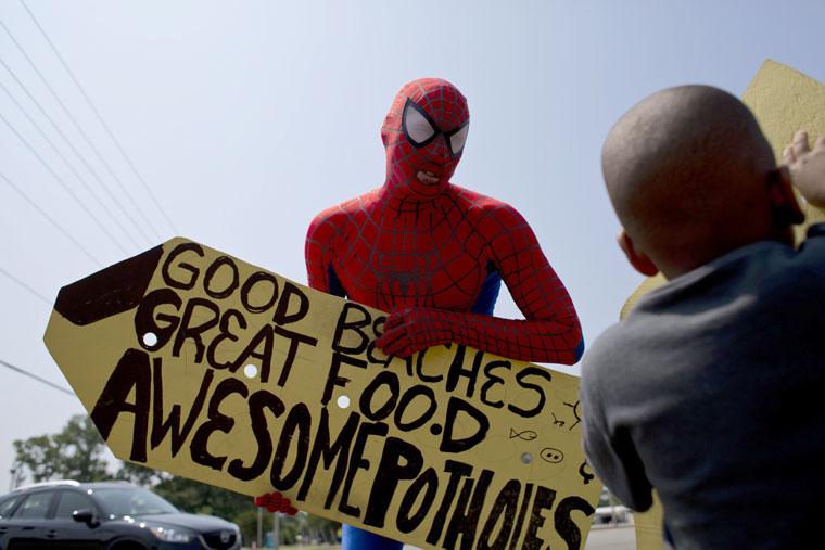 Proti výmolům můžete bojovat třeba jako Spiderman. S portálem Výmoly.cz však výsledku dosáhnete snáze