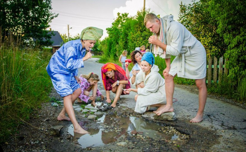 Kreativní skupina v Litvě sází na nadsázku. Na výtluky upozorňuje sérií fotek