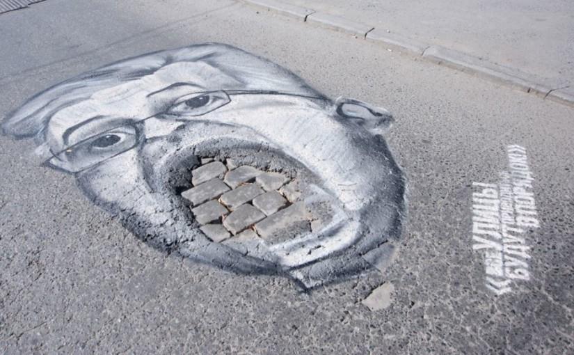 Umělec z Chicaga bojuje proti výtlukům pomocí mozaiky. V Rusku to aktivisté zkouší pomocí karikatur